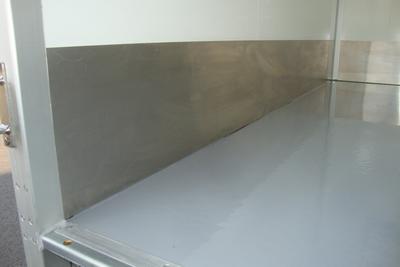 RVS (inox)plaat aan de zij- en voorkant