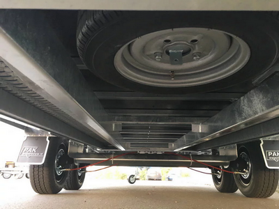 Reservewiel gemonteerd (onder aanhangwagen)