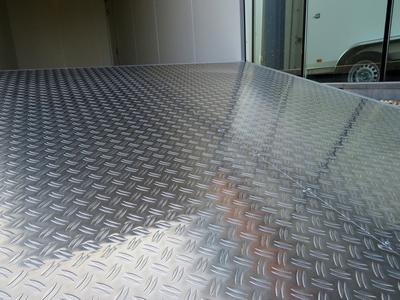 Aluminium traanplaat op de vloer koelaanhangwagen