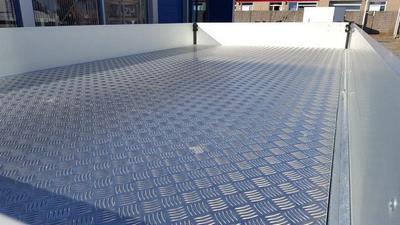 Aluminium tranenplaat op vloer (werkplaats)